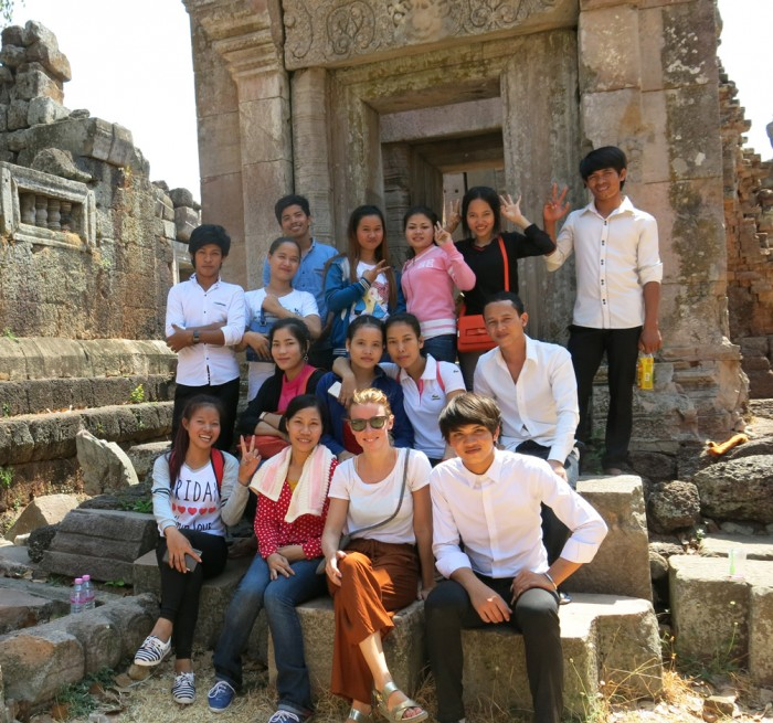 A big group stopped me at Phnom Chiso to take a picture together buahahaa