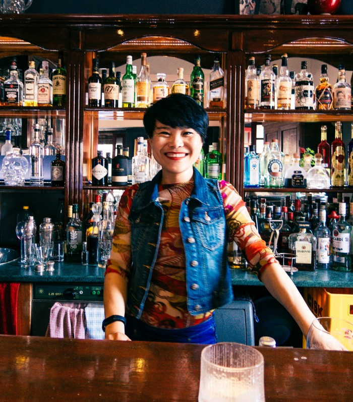 Yang Yang looks so happy and charming. I'm glad there was at least one lady running a pub!