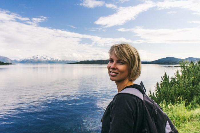 Meikätyttö hoitaa mielenterveyttä luonnossa. Tämä kuva on otettu uskomattomassa Norjassa.
