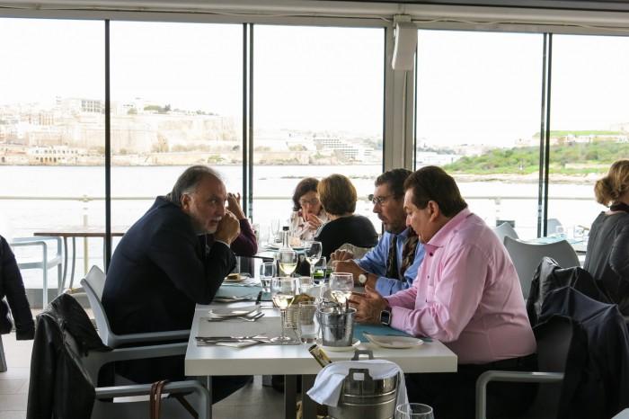 Bisneslounas Michael Zammit Tabonan The Terrace -ravintolassa Maltalla, vastapäätä näkyy Valletta