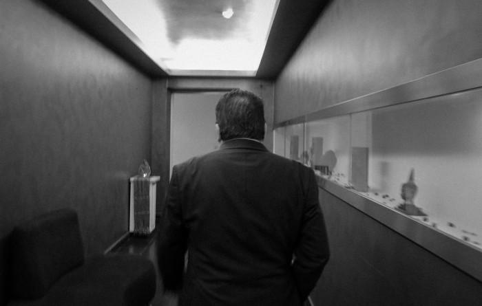 Maltan suurlähettiläs ja hotelliomistaja-liikemies Michael Zammit Tabona kulkee hotellinsa spa-alueen läpi