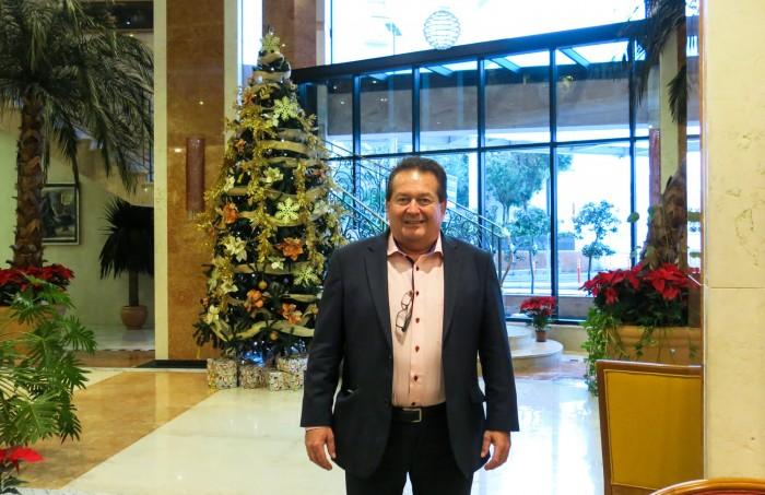 Maltan suurlähettiläs ja hotelliomistaja-liikemies Michael Zammit Tabona Fortina-hotellinsa aulassa